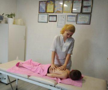 Наталка Недашківська, фізичний реабілітолог проводить сеанс масажу пацієнту