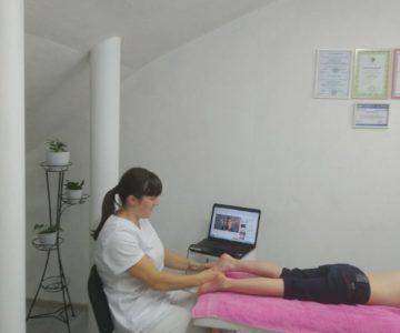 Дарія Михайленко проводить сеанс масажу пацієнту із плоскоступістю