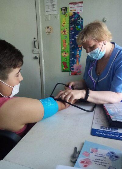 медична сестра Наталія Ковальчук вимірює тиск пацієнту дитячої консультації новим тонометром